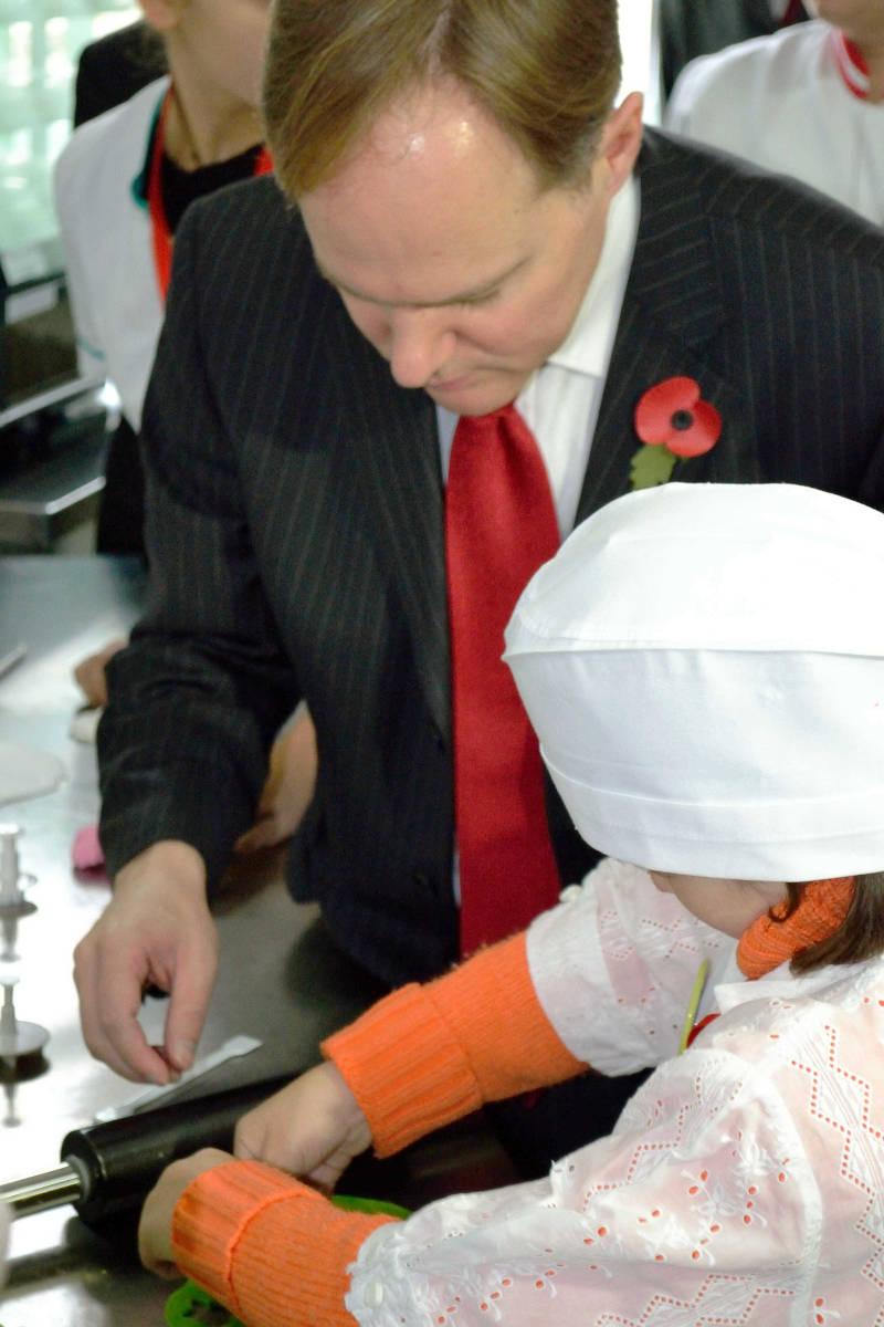 Ambasadorul Marii Britanii vizitează copiii și tinerii cu surdocecitate din Iași